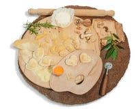 Stegade den hemlagad italiensk hjärta formade raviolit med ny ost, mjöl, ägget, valnötter och aromatiska örter på en lantlig rund Royaltyfri Foto