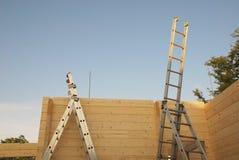 Stegar i ofullständigt Wood hus Arkivfoton