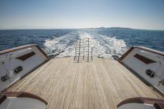 Stegar på det tillbaka däcket av en lyxmotor seglar Royaltyfri Fotografi