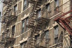 Stege för brandflykt i New York City byggnad arkivbilder