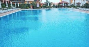 Stege för hastigt greppstänger i den blåa simbassängen stock video