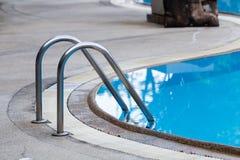 Stege för hastigt greppstänger i den blåa simbassängen fotografering för bildbyråer