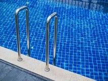 Stege för hastigt greppstänger i simbassäng fotografering för bildbyråer