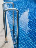 Stege för hastigt greppstänger i simbassäng royaltyfria bilder