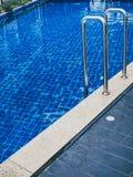 Stege för hastigt greppstänger i simbassäng royaltyfria foton