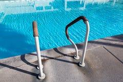 Stege för hastigt greppstänger i simbassängen som är utomhus- arkivbild