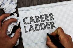 Stege för karriär för ordhandstiltext Affärsidé för innehavet mars för man för Job Promotion Professional Progress Upward rörligh arkivfoto