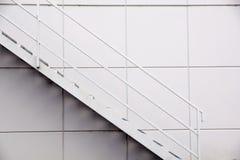 Stege för stålfabrik, stege för brandutgång framme av väggen för silvermetallark arkivbild