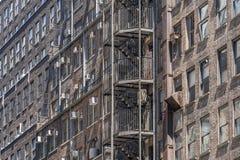 Stege f?r brandflykt i New York City byggnad arkivfoto