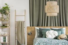 Stege i grönt sovrum fotografering för bildbyråer