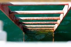 Stege in i vattnet arkivfoton