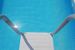 Stege i vattnet arkivfoto