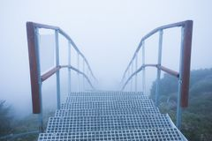 Stege med trappa i mystikerberglandskapet royaltyfri fotografi