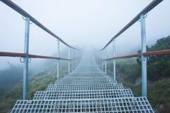 Stege med trappa i mystikerberglandskapet arkivbilder
