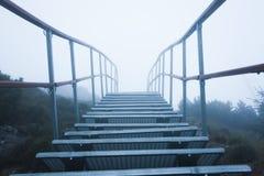 Stege med trappa i mystikerberglandskapet royaltyfria bilder