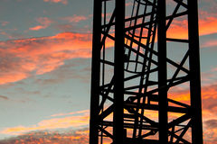 Stege på den industriella kranen på solnedgången royaltyfria foton