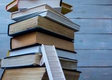 Stege på högen av gamla böcker arkivbild