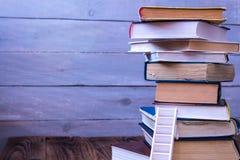 Stege på högen av gamla böcker fotografering för bildbyråer