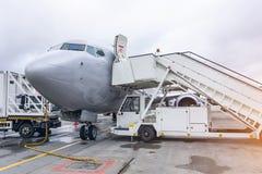 Stege som fästas till flygplanet efter flyget på riserflygplatsen arkivbilder