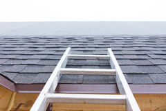 Stege som leder till ett oavslutat tak på ett hus royaltyfria bilder