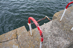 Stege som leder till vatten Royaltyfria Foton