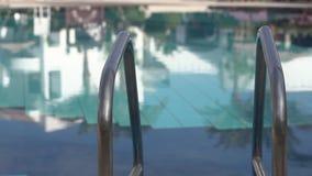 Stege till det utomhus- simbassängslutet upp i ultrarapid arkivfilmer