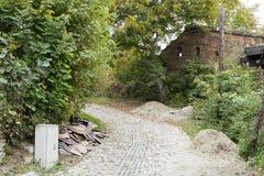 Stegegatan som leder till kyrkogården i slotten i gammal stad Sighisoara stad i Rumänien Fotografering för Bildbyråer