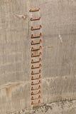 Stegemoment i betongvägg royaltyfri fotografi