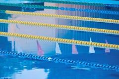 Stegen in blauwe pool stock foto's