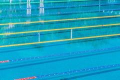 Stegen in een openlucht zwembad van de de concurrentie olympisch grootte kalme waterachtergrond royalty-vrije stock foto's