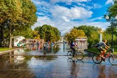 Stegen en vierkanten van het park van Moskou Gorky na de de zomerregen Stock Foto's