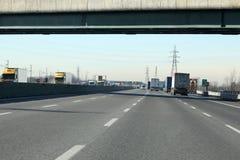 Stegen met auto's en vrachtwagens op Italiaanse weg royalty-vrije stock afbeelding