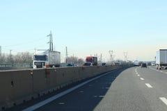 Stegen met auto's en vrachtwagens op Italiaanse weg stock afbeeldingen