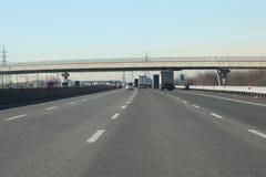 Stegen met auto's en vrachtwagens op Italiaanse weg royalty-vrije stock fotografie
