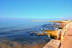 Stegen op het overzees bij donnalucata Ragusa stock fotografie