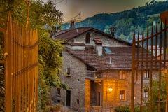Stegen van bergdorp in 's nachts Toscanië royalty-vrije stock fotografie
