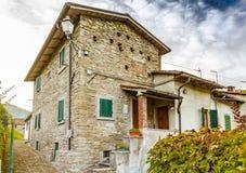 Stegen van bergdorp in Toscanië stock foto's