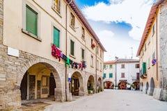 Stegen van bergdorp in Toscanië stock foto
