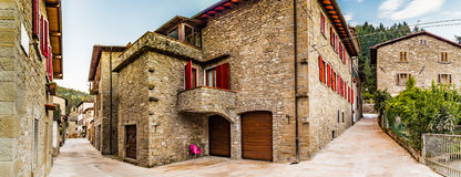 Stegen van bergdorp in Toscanië stock fotografie