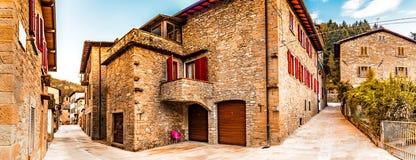 Stegen van bergdorp in Toscanië royalty-vrije stock afbeelding