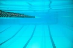 Stegen in zwembad stock afbeeldingen