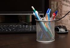 Stehen Sie für Stifte und Bleistifte auf dem Desktop Stockbild