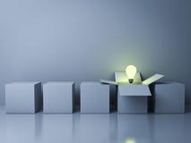 Stehen Sie heraus von den verschiedenen kreativen Ideenkonzepten der Menge Lizenzfreie Stockbilder