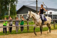 Stehen Sie im Sommerkind-` s Reiterlager in Ukraine still lizenzfreies stockbild