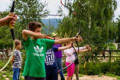 Stehen Sie im Sommerkind-` s Reiterlager in Ukraine still Stockbilder