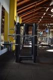 Stehen Sie mit Metallgewichten in Turnhallenantalya-Truthahn Lizenzfreies Stockbild