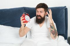 Stehen Sie mit Wecker auf Wieder verschlafen Spitzen für früh aufwachen Spitzen für das Werden ein Frühaufsteher Mann bärtig stockfoto