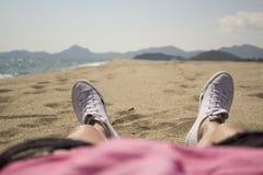 Stehen Sie unter der brennenden Sonne auf dem sandigen Strand der Insel von still Stockbild