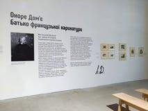 Stehen Sie zum französischen Karikaturisten Honoré Daumier auf der Buchausstellung im Arsenal, Kiew engagiert stockfoto