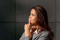 Stehende Überlegung der durchdachten Frau ein Problem Lizenzfreies Stockbild